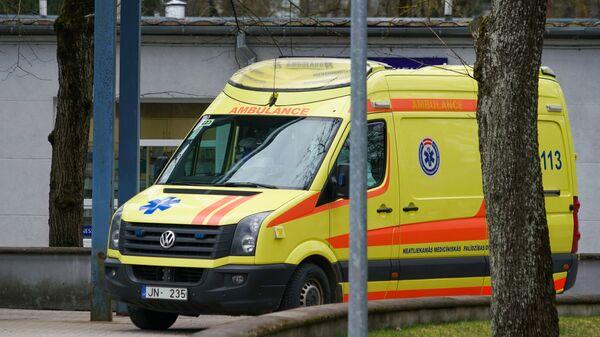 Карета скорой помощи прибывает в Латвийский центр инфектологии - Sputnik Латвия