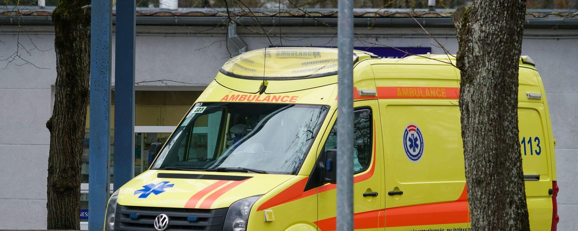 Карета скорой помощи прибывает в Латвийский центр инфектологии - Sputnik Латвия, 1920, 04.05.2021