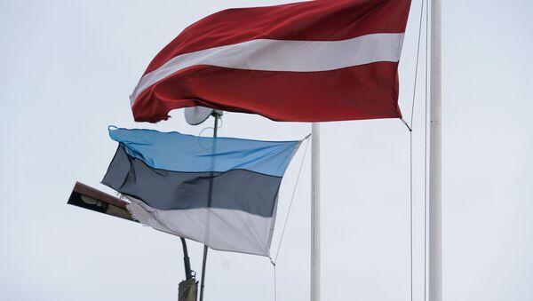 Флаги Латвии и Эстонии на границе в Валке-Валге - Sputnik Латвия