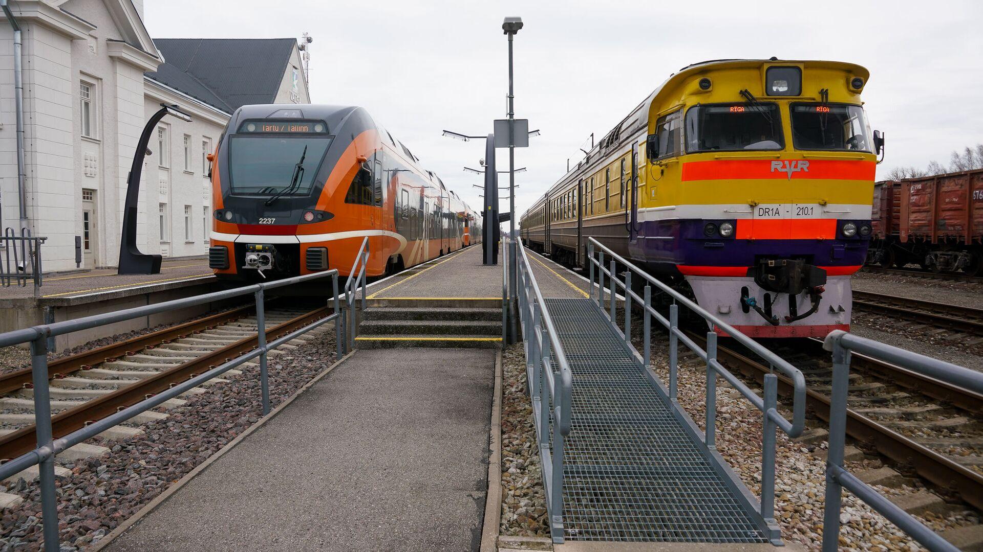 Эстонский дизельный поезд швейцарской компании Stadler и латвийский дизель производства RVR - Sputnik Латвия, 1920, 22.09.2021