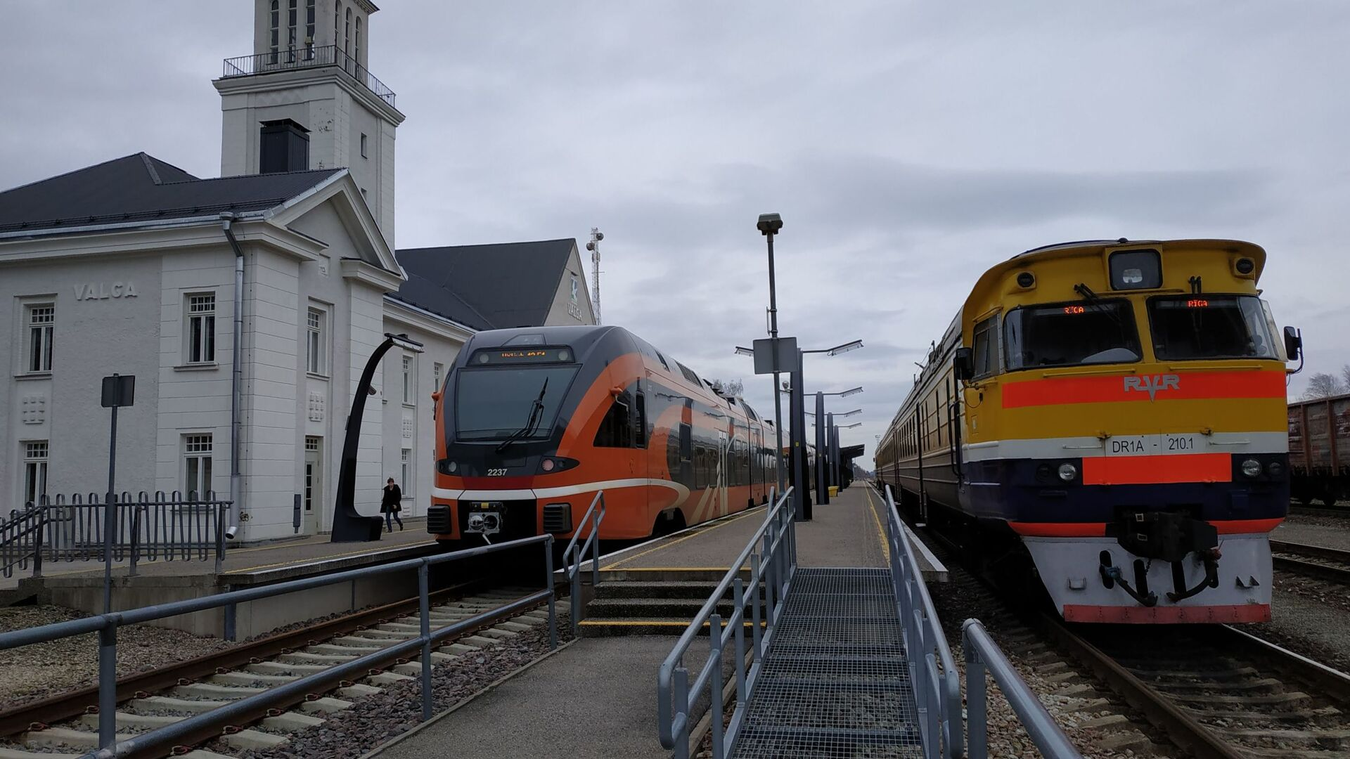 Эстонский дизельный поезд швейцарской компании Stadler (слева) и латвийский дизель производства RVR - Sputnik Latvija, 1920, 23.09.2021