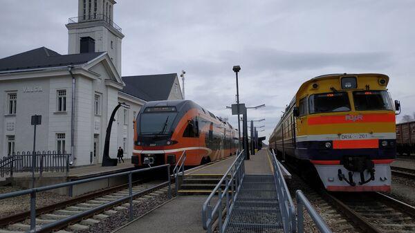 Эстонский дизельный поезд швейцарской компании Stadler (слева) и латвийский дизель производства RVR - Sputnik Latvija