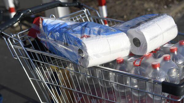 Туалетная бумага в тележке покупателя в супермаркете Дортмунда - Sputnik Latvija