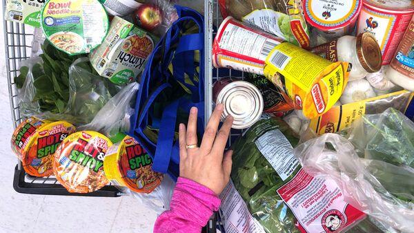 Покупатель с тележкой, наполненной продуктами в супермаркете в Канаде  - Sputnik Латвия