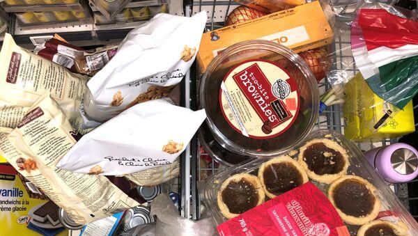 Корзина с продуктами в канадском супермаркете - Sputnik Latvija