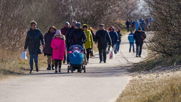 Солнечным и ветреным субботним днем рижане потянулись на природу. Мол Мангальсалы стал прекрасным местом для прогулки - Sputnik Latvija