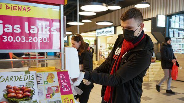 Соблюдение мэр предосторожности прежде всего. Маска, перчатки и дезинфекция в магазине - Sputnik Латвия