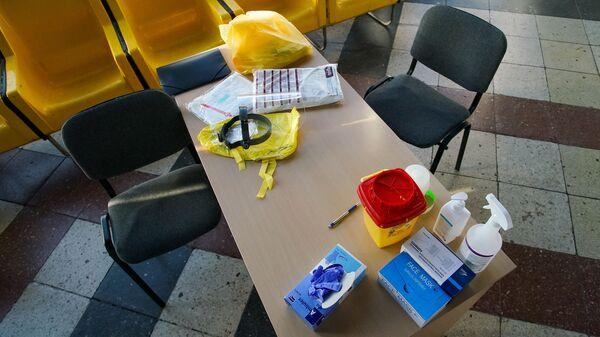 Рабочее место врача, который будет делать экспресс анализ на коронавирус - Sputnik Латвия