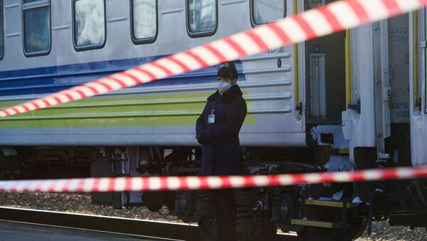 Проводник поезда Киев-Рига в защитной маске - Sputnik Латвия