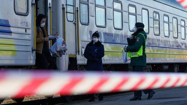 Пассажиры поезда Киев-Рига выходят из вагона - Sputnik Latvija