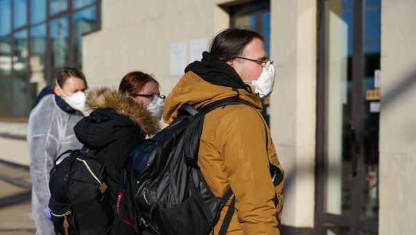 Пассажиры поезда Киев-Рига готовятся пройти экспресс тест на коронавирус - Sputnik Latvija