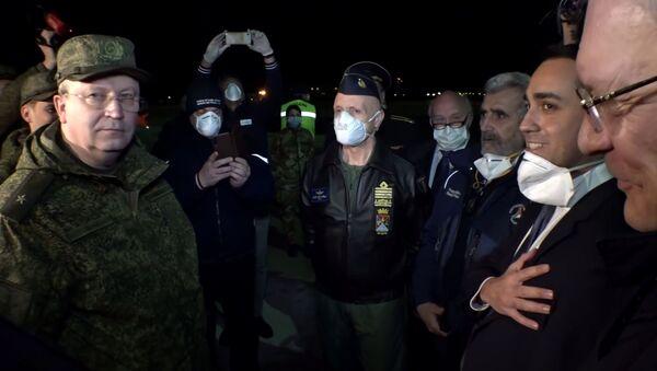 Министр иностранных дел Италии Луиджи Ди Майо (второй справа) во время встречи военно-транспортного самолета ВКС России Ил-76 МД с медицинским оборудованием, предназначенным для борьбы с вирусом COVID-19, на итальянской авиабазе - Sputnik Латвия