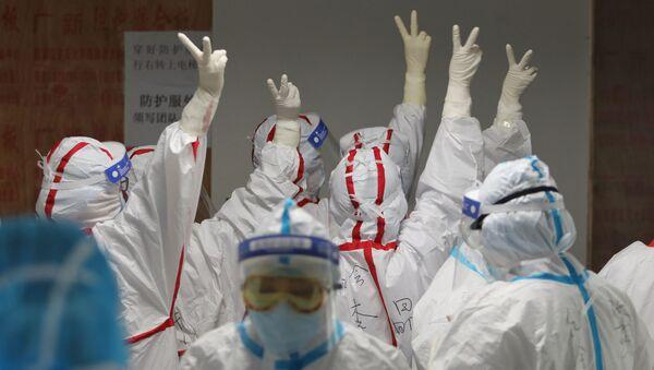 Медицинские сотрудники госпиталя Красного Креста в Ухане - Sputnik Латвия