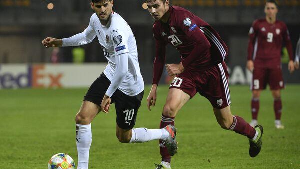 Нападающий сборной Латвии Робертс Улдрикис (справа) - Sputnik Латвия