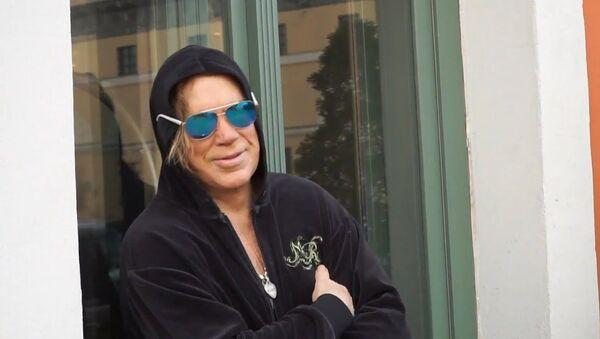 Неделя карантина прошла: звезда американского кино Микки Рурк выходит из отеля в Риге - Sputnik Латвия