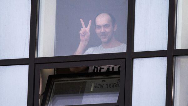 Пациент городской клинической больницы № 40 в Коммунарке смотрит в окно - Sputnik Latvija