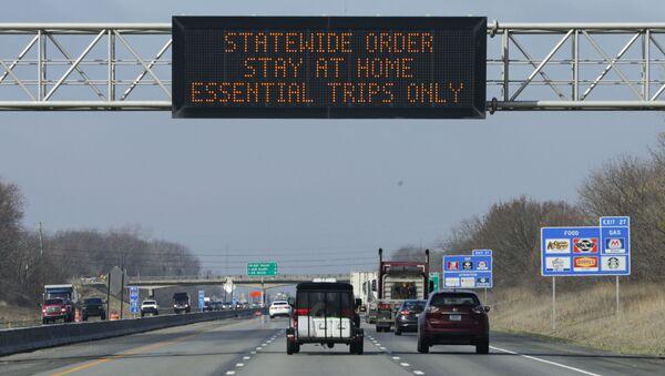 Дорожный знак с призывом оставаться дома в США  - Sputnik Latvija