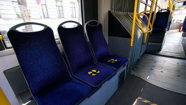 В рижском общественном транспорте разрешено сидеть по одному на расстоянии 2 м друг от друга - Sputnik Latvija
