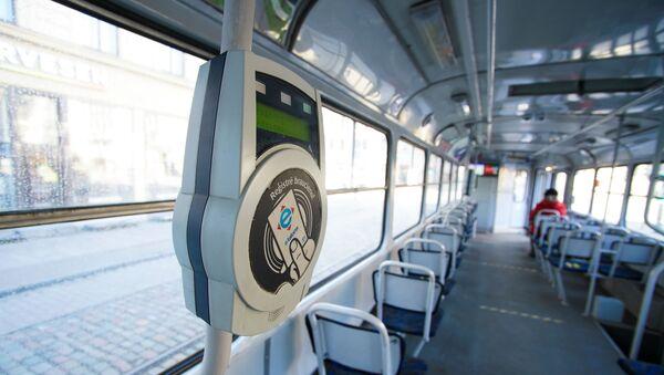 Валидатор электронного проездного билета в рижском трамвае - Sputnik Латвия