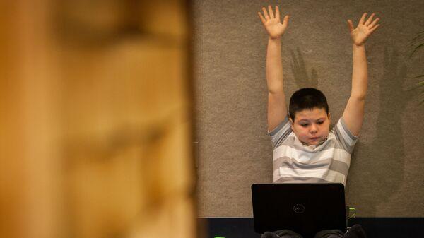 Уставший ребенок с ноутбуком - Sputnik Латвия