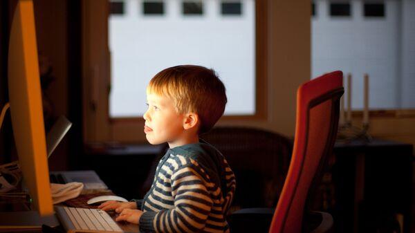 Ребенок за компьютером  - Sputnik Латвия