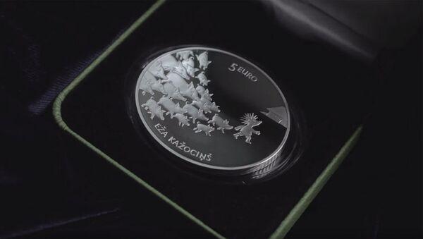 Коллекционная серебряная монета достоинством 5 евро Сказочная монета II. Ежова шубка - Sputnik Latvija