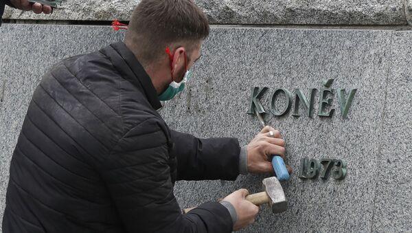 Демонтаж памятника маршалу Коневу в Праге - Sputnik Латвия