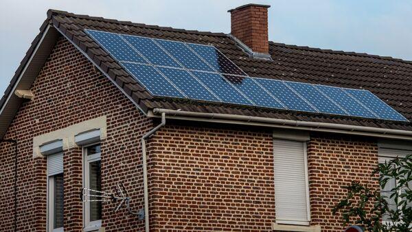 Солнечные батареи на крыше жилого дома - Sputnik Latvija