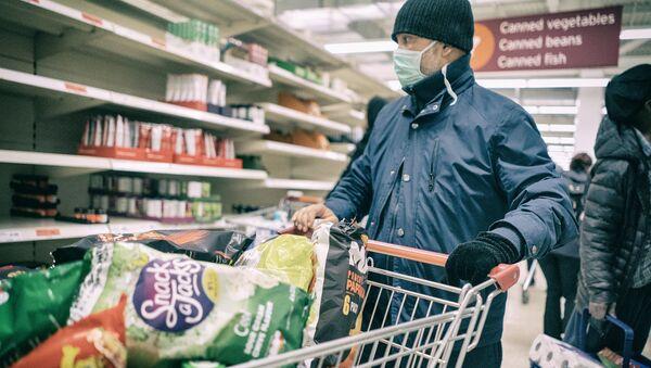 Покупатель в маске в магазине - Sputnik Latvija