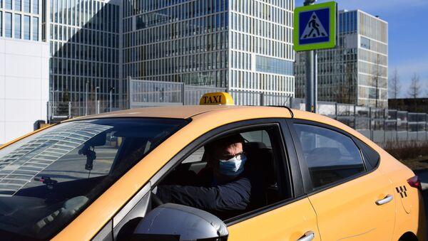Водитель такси в защитной маске - Sputnik Латвия