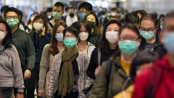 Пассажиры в медицинских масках в переходе метро Гонконга - Sputnik Латвия