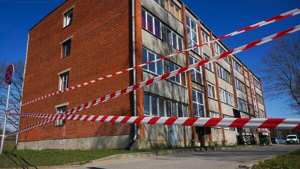 Дом в поселке Улброка, закрытый на карантин, огорожен красно-белой лентой. - Sputnik Латвия