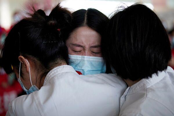 Медицинские работники в международном аэропорту Ухань-Тяньхэ, Китай  - Sputnik Латвия