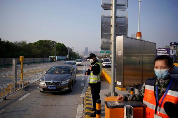 Полицейский на платной скоростной автомагистрали на выезд из Уханя, Китай - Sputnik Латвия