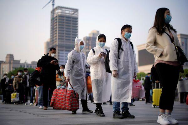 Путешественники в очереди возле железнодорожной станции Ханькоу, Китай - Sputnik Латвия