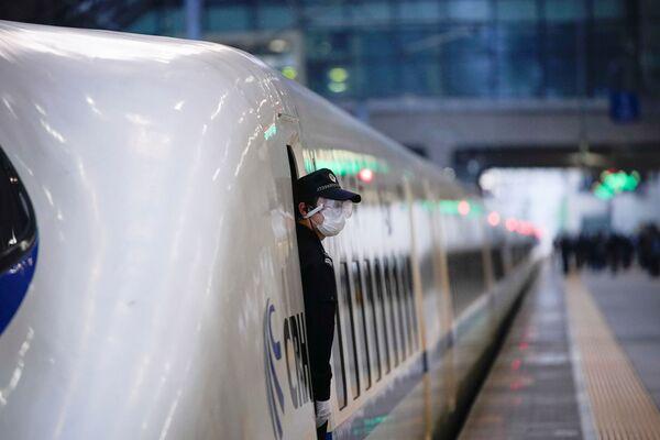Полицейский в поезде на железнодорожном вокзале в Ханькоу, Китай - Sputnik Латвия