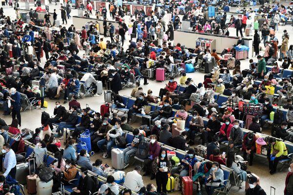Путешественники в зале ожидания на железнодорожной станции Ханькоу, Китай  - Sputnik Латвия