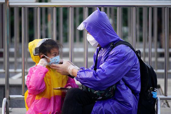 Отец и дочь в защитных масках в Ухане - Sputnik Латвия