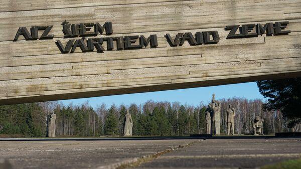 Мемориал памяти жертв нацизма в Саласпилсе, Латвия. Надпись: За этими воротами стонет земля - Sputnik Латвия