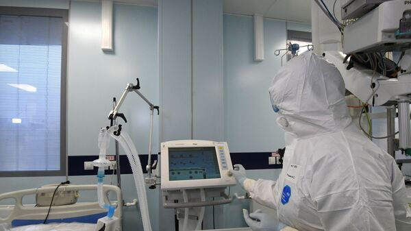 Медицинский работник в реанимационном отделении больницы - Sputnik Латвия