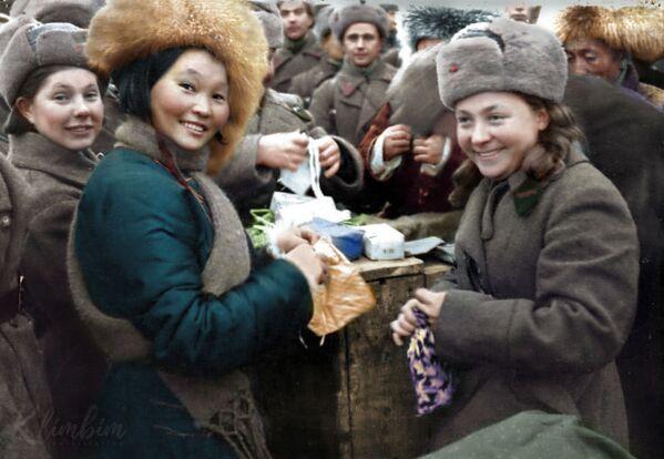 Вручение подарков воинам 11-й армии СЗФ членами монгольской делегации, 1942 год. - Sputnik Латвия