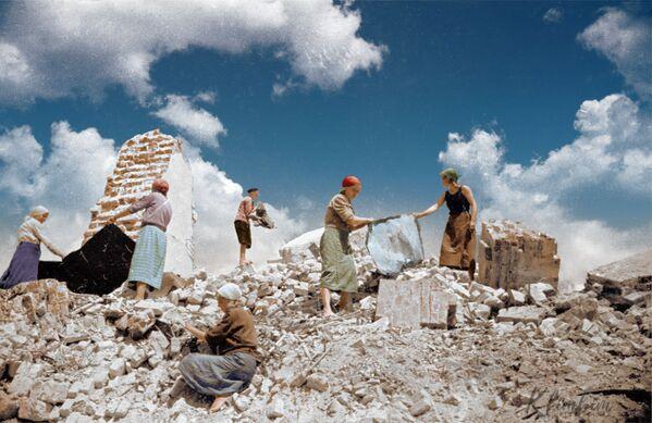 Советские женщины во время разбора завалов после бомбардирования. - Sputnik Латвия