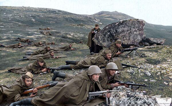 Разведчики морской пехоты под командованием младшего лейтенанта Петрова А. А. ждут врага в засаде, 1942 год  - Sputnik Латвия
