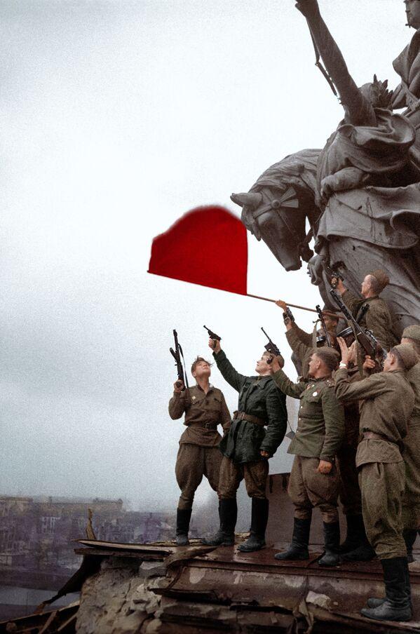 Солдаты батальона под командованием Степана Неустроева салютуют на крыше Рейхстага - Sputnik Латвия
