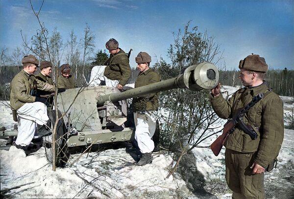 Советские бойцы рассматривают гитлеровскую противотанковую пушку, доставленную разведчиками, 1944 год - Sputnik Латвия