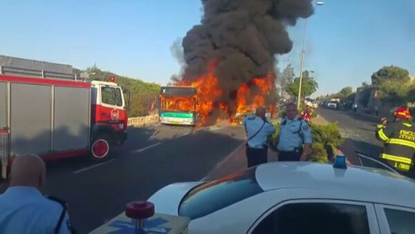 Пожарные тушили загоревшийся после взрыва бомбы автобус в Иерусалиме - Sputnik Latvija