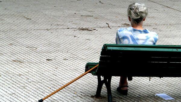 Пожилая женщина на скамейке - Sputnik Латвия