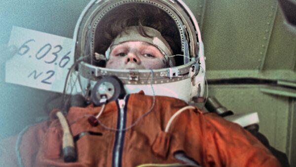 Летчик-космонавт Валентина Терешкова во время тренировки на центрифуге, 1964 год - Sputnik Латвия