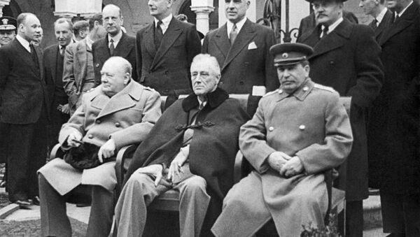 И. Сталин, Ф. Рузвельт и У. Черчилль на Крымской конференции в Ялте - Sputnik Latvija