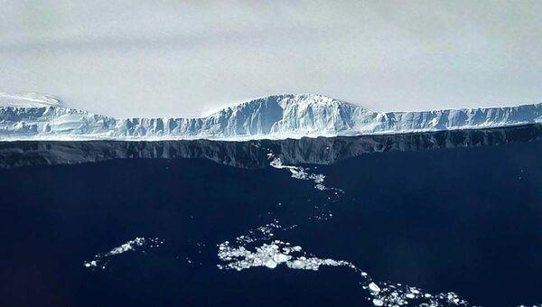 Отображение западного края айсберга А-68 в спокойной воде  - Sputnik Латвия